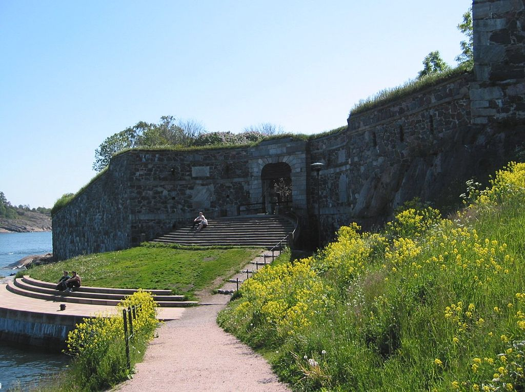 This image has an empty alt attribute; its file name is 1024px-kings_gate_auf_suomenlinna_01.jpg
