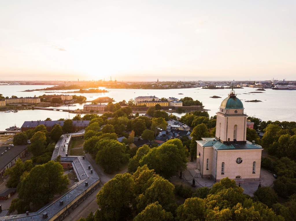 This image has an empty alt attribute; its file name is suomenlinna-web.jpg